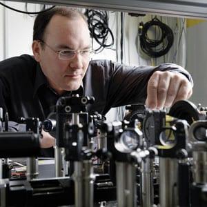 Christoph Hauri in the laser lab at the Paul Scherrer Institute (Photo: Scanderbeg Sauer Photography)